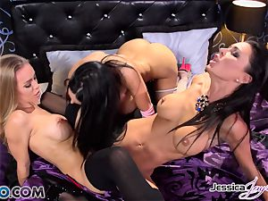 Amy Anderssen in a coochie climax 3 with minge munchers Jessica Jaymes and Nicole Aniston