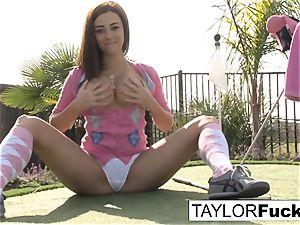 Taylor displays you her ginormous cupcakes