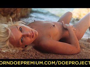 DOE women - erotic dt on a personal beach